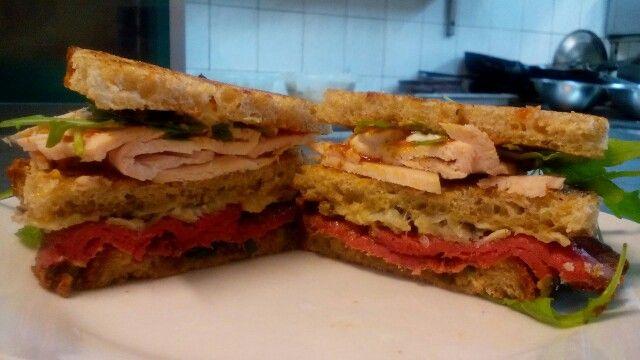 Chlebový sendvič s rostbeafem krůtím prsem a salátem