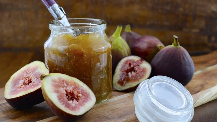 Vijgen zijn zo al lekker, maar je kunt er ook een heerlijke jam van maken. De weeïg zoete smaak combineert heel goed met bijvoorbeeld een blauwaderkaas als gorgonzola! De vijg is eigenlijk maar een vreemd soort fruit. Wat je eet is namelijk geen vrucht, maar de bloeiwijze. Als je de 'vrucht' opensnijdt, kun je ook…