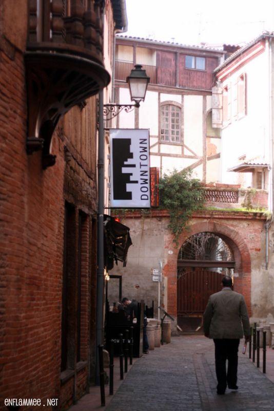 DownTown Toulouse 8 rue Tripière, plein centre de Toulouse. Tel : 05 61 22 16 16 Ouvert tous les jours, de midi à 2h du mat'. Brunch seulement le dimanche. Résa conseillée.