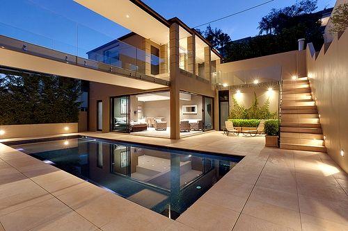 Corredor exterior sobre la piscina....genial