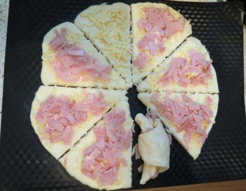 Für die Schinken-Käse-Kipferl zunächst Mehl, Backpulver, Topfen, Milch, Öl, Eiweiß und Salz zu einem Teig kneten. Den Teig auf einer bemehlten