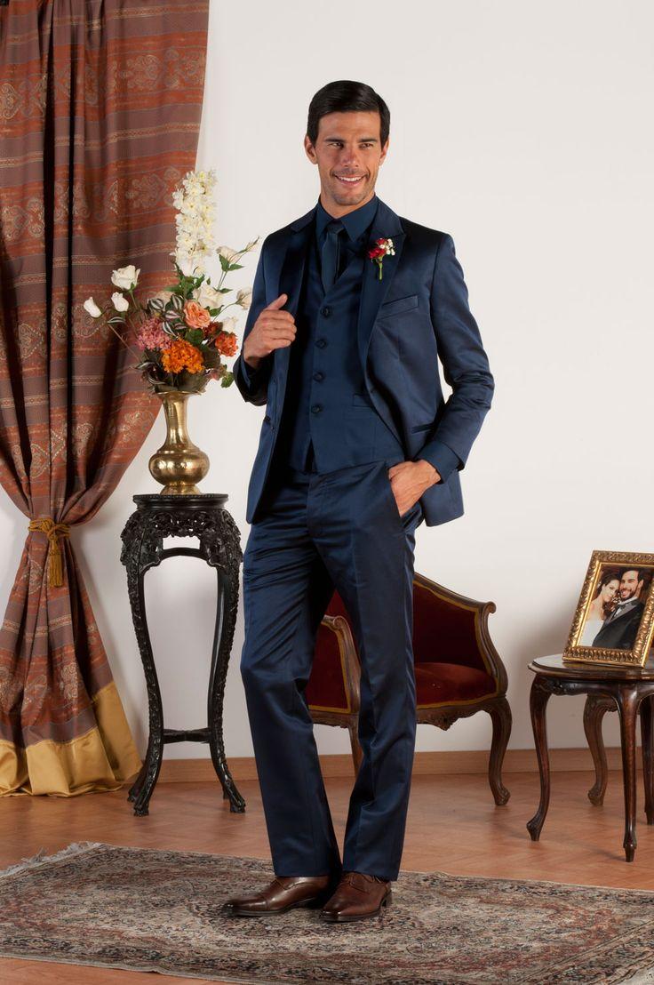 JACOB Abito sartoriale realizzato in pura lana e seta blu con revers a lancia in lucente raso blu di seta, tasche a doppio filetto con profili in raso di seta, gilet in pura lana e seta, bottoni in madreperla naturale.
