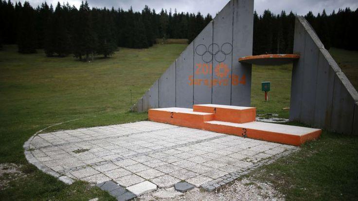 Perdu au beau milieu d'un pré, le podium officiel des JO de Sarajevo qui a vu couronnés, il y a trente ans, les champions olympiques de saut à ski.