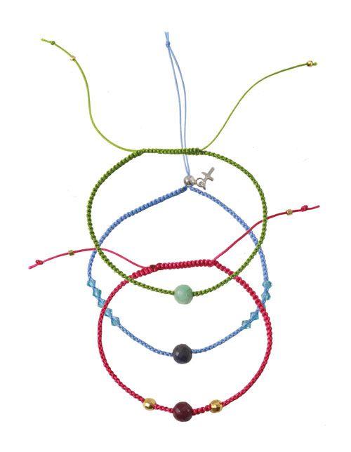 Macramé knyttede armbånd: Til disse armbånd er der brugt følgende materialer:  Grønt armbånd  2,5 meter polyestersnor, tang grøn 0,5mm 1 stk. smaragd facet, 6mm 2 stk. wireklemme, forgyldt sterlingsølv  Blåt armbånd  2,5 meter polyestersnor, baby blå 1 stk. safir facet, 6mm 10 stk. bicone, swarovski krystal, lys blå 3mm 1 stk. låseperle med øje 4mm, sterling sølv 1 stk. øsken 3mm, stering sølv 1 stk. kors, forsølvet messing