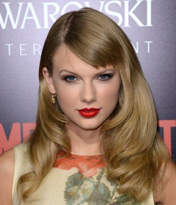 La frange de côté de Taylor Swift Look glamour, pour la jolie chanteuse Taylor Swift qui adopte une frange longue et de côté sur un brushing ultra travaillé.