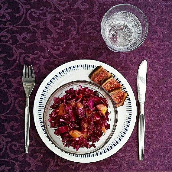 Skøn Rødkålssalat med granatæble   3-4 pers.  1/2 hoved rødkål (Ca. 300 -350g) 2 små appelsiner (ca. 200g) 1/2 granatæble (ca. 80-100g) 1 håndfuld Rosiner (ca. 30g) 2spk. Balsamico eddike  1spk. Citronsaft 1/2 spk. Perfekt sød