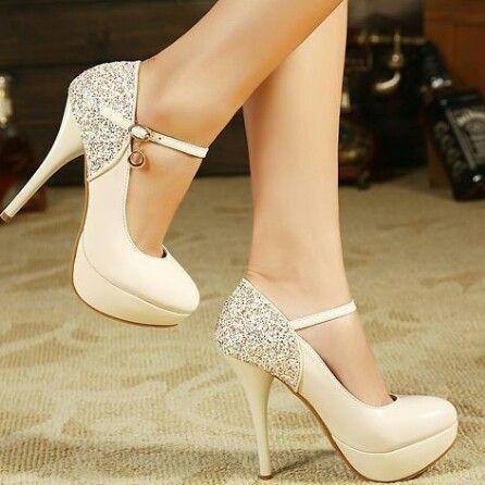 Sapato branco com detalhe em glitter prata