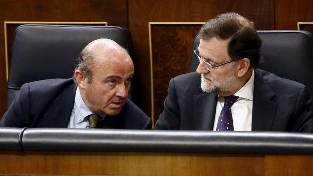 Rajoy aplaza la crisis de Gobierno: De Guindos seguirá un mes más como ministro de Economía