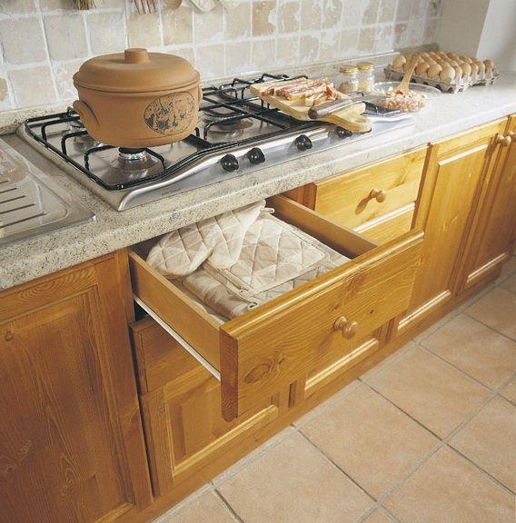 #Cucine attrezzate componibili in pino massello. Catalogo DEMAR MOBILI PINO. #offerte #promozioni #cucinesumisura #mobilipino #arredamentirustici www.demarmobili.it