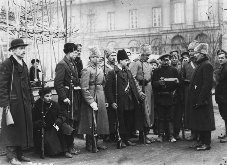 En la Puerta Smolny, octubre de 1917, Petrogrado.  En octubre de 1917, en el edificio del Smolny Institute of Noble Maidens, se ubicó un cuartel general para la preparación de la insurrección de los bolcheviques, encabezada por el Comité Revolucionario Militar de Petrogrado.  Antes de la transferencia de la capital a Moscú, Smolny sirvió como la sede del gobierno bolchevique.  Ahora San Petersburgo.