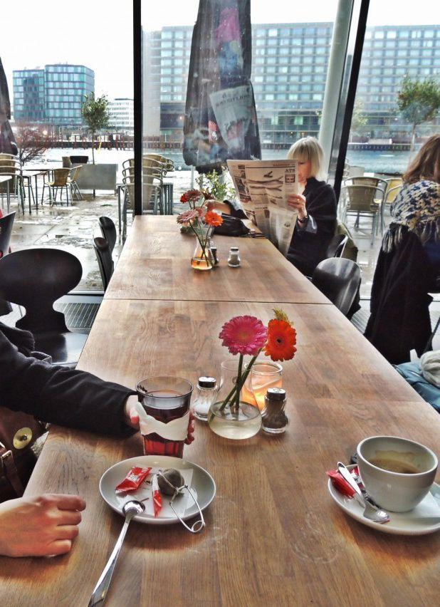 Cafeen i Kulturhuset Islands Brygge. I weekenden er caféen stoppet med brunchspisende børnefamilier, og det er der flere grunde til. Maden er lækker, og der er altid børneretter. Og så er der masser af højstole. Når maden er spist, kan I runde legepladsen lidt længere henne ad havnefronten.