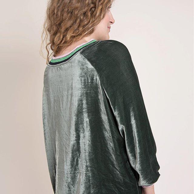 #DETAILS : Notre sweat Jody si lumineux en panne de velours émeraude ✨ Sans oublier la touche de rose 🌸😉 ... 👉🏻retrouvez Jody sur Fionavani.fr (lien dans notre bio) ... #Fionavani #fashion #frenchbrand #newin #fw #collection #velvet #outfit #ootd #fall #style #clothing #premium #womenswear #womenstyle #eshop #online #shopping #frenchgirls #dailylook #fashiondaily #brandnew #lookbook #emerald #sweatshirt #todayimwearing