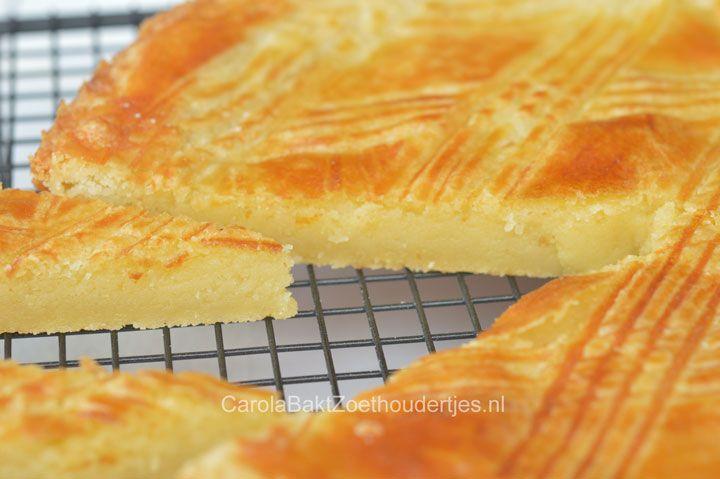 Boterkoek,300 gr boter, 300 gr bloem ,100 gr kristalsuiker,100 gr basterdsuiker, snufje zout, 1 ei, kluts het ei en doe een deel door het deeg,meng alles goed door elkaar en laat het een uur rusten in de koelkast, doe het deeg in de vorm en bestrijk met een restant ei, laat het 30 min rusten, verwarm de oven op 200* en bak de koek in 20 min.