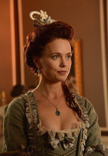 the emerald pendant necklace given to Katrina van tassel in tv series sleepy hollow -katia winter  + costume designer colleen atwood