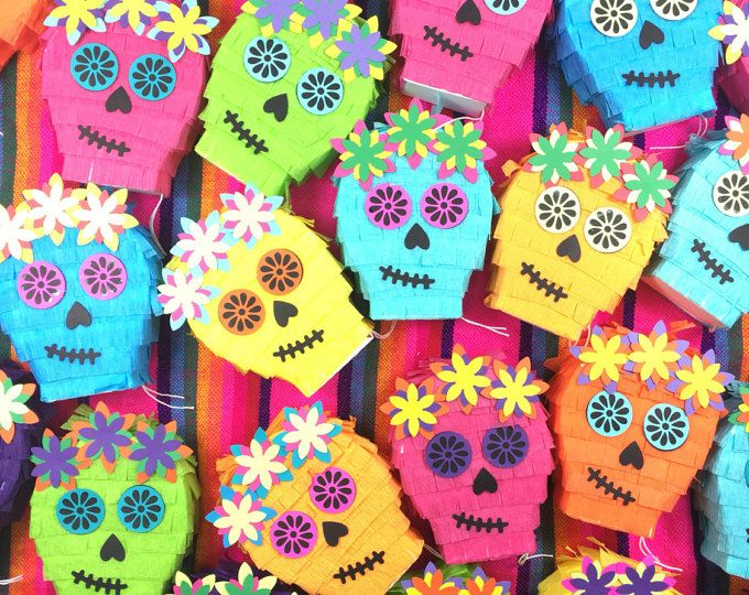 Ce nest pas votre moyenne piñata mini !  C'est notre conception originale et a été conçu avec soin de sorte que chaque petit gars a une trappe que vous pouvez remplir avec des goodies, un petit mot ou un cadeau! Fait d'une solide 110 b card stock et qualité des tissus.  Une amusante idée pour votre:  -Organza -proposition de demoiselle d'honneur parties de - cinco de mayo -les anniversaires fiesta -les mariages de destination -cotillons...  Disponible en plusieurs couleurs. Chaque piñata…