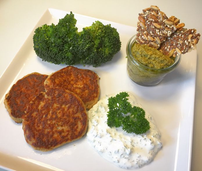 Lækre Low-Carb tunfrikadeller broccoli, persille-lime creme fraiche og basilikum pesto med kerneknækbrød. Børnenes favorit fiskefrikadeller.