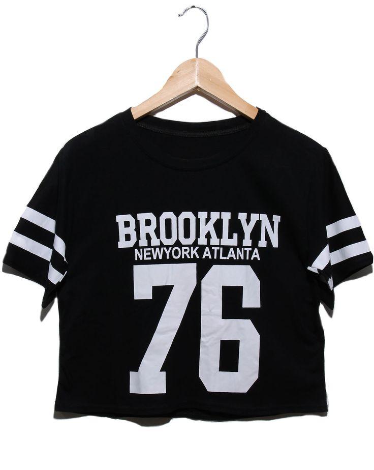 """Recinto 76 en Brooklyn, Ser una """"mean girl"""" nunca fue tan fácil. Úsala muy al estilo New York, con tus tenis favoritos y ese jeans desgastado que nunca te quitas"""