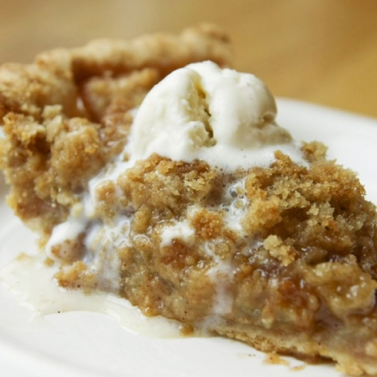 A classic combination of pie crust bottom and apple crumble topping.