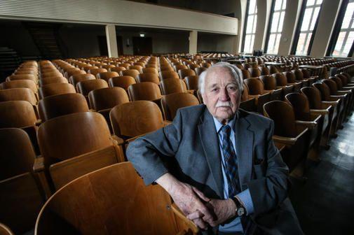 Als Bomben auf Lübeck fielen, war Kurt Schumacher an der Oberschule zum Dom als Brandwache eingeteilt. 75 Jahre später erzählt er Schülern davon. Unsere Bild...