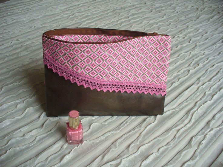 Trousse maquillage simili cuir bronze satiné, tissu géométrique rose, dentelle rose scintillante : Trousses par nanoukrea
