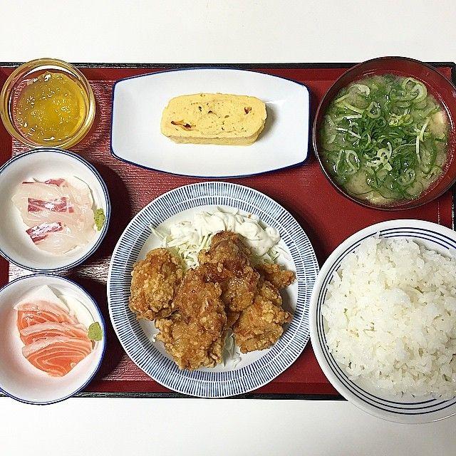大阪市福島区の大阪市中央卸売市場内にある「マイド・プラザ 中央市場食堂」で四品定食をいただきました!  こちらはメインのおかず一品と小鉢三品が選べ、味噌汁、ご飯も付いて¥600(税別)と嬉しいお店です☆  本日は鶏の唐揚げ、サーモンの刺身、タイの刺身、出し巻き卵をピックアップ!(ゼリーは無料)  陳列されているオカズを取って行くスタイルですが唐揚げは今日も揚げたてを持って来ていただきました☆  いつも腹ポンにしていただきありがとうございます☆  I ate fried chicken set meal at Osaka☆  #日本 #大阪 #玉川 #ランチ #ご飯 #定食 #大盛り #刺身 #グルメ #魚 #卵 #肉 #俺のネギコレクション #俺のマイドプラザ中央市場食堂コレクション #東京カメラ部 #大阪カメラ部 #写真 #japan #osaka #instajapan #photo #food #lunch #Gourmet #fish #nice #yummy #sushi #good #meat