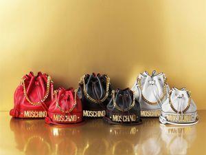 Il marchio Moschino, diretto da Rossella Jardini, festeggia il suo trentesimo compleanno.In occasione dei 30 anni compiuti dalla maison vienelanciata unacapsule collection per rendere omaggioe reinterpretare i simboli distintivi e i des