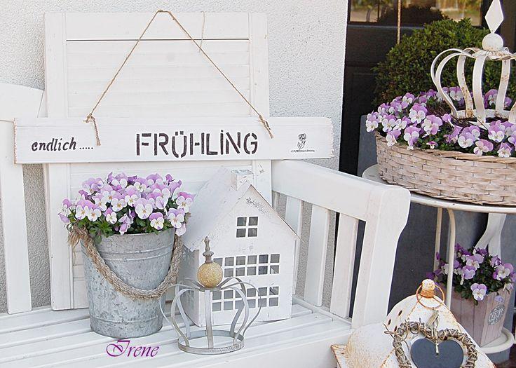 Frühlingsblüher und kleine Dekorationen begrüßen die Gäste am Hauseingang