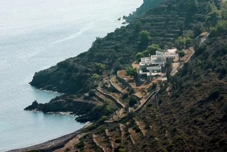 This magnificent villa has been constructed to a unique design by an internationally respected architect who has executed projects on a worldwide basis. The simple minimalist structure contrasts but at the same time harmonises with, the rugged nature of the surrounding landscape.