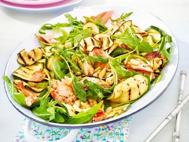 Unser beliebtes Rezept für Zucchini-Salat mit Lachs und mehr als 55.000 weitere kostenlose Rezepte auf LECKER.de.