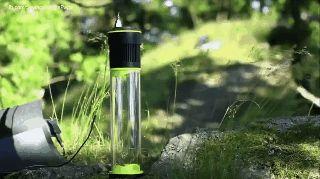 """#survive #Fontus #camp #防災(Via:空気から飲料水を作り出す魔法のような """"水筒""""がスゴイ)ほぉ。すごいな。空気中から水を集めて飲料水にしちゃうボトルらしい。1時間で0.5リットルの水を空気中から生成してくれる、という。水を集めるための薄い太陽電池パネルとろ過フィルターが付いているだけなので、普通の水筒と同じような重さと形状をしており、持ち歩きにもまったく問題なさそう。防災時に威力を発揮するアイテムですが、こういうの、ちょっと大規模化して、畑においておくと水に困らないですよね。  クラウドファンディング に向けて色々課題検討中だとか。畑や農地での保水にヤシマットをどうぞ。"""
