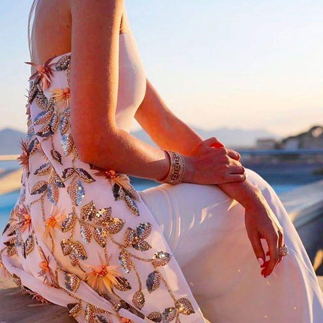 Fashion   A Fashion blogger e jornalista Sofie Valkiers usou um vestido do designer libanês Georges Hobeika para um red carpet em Cannes, e nós ainda não conseguimos esquecer desta imagem detalhando a cauda do vestido que sai do decote das costas diretamente para o chão, todo bordado com folhas e flores em dourado e tons de amarelo. #vestidodenoiva #weddingdress #noiva #bride #casamento #wedding #icasei#weddingday #instawedding #marriage #bridal #bridaldress #instabride@bride2be