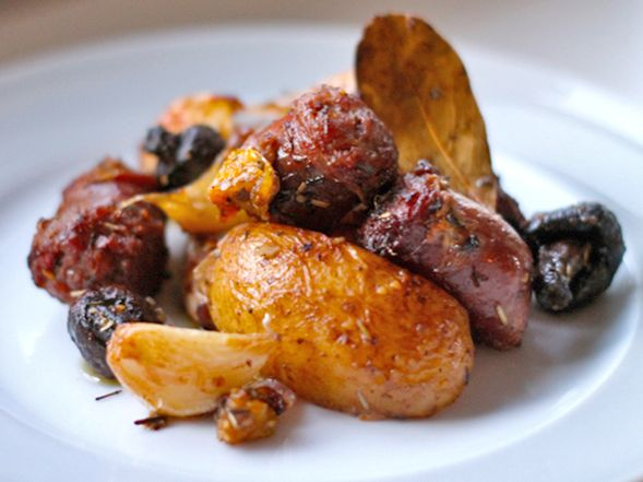 Baked Italian Sausage and Potatoes and Whole Garlic Cloves on http://www.wishfulchef.com: Italian Sausage Potatoes, Baked Potatoes, Wishfulchef, Entrees Lunch Dinner, Garlic, Italian Sausages, Potatoes Recipe, Lunch Snacks Dinners, Herbed Potatoes