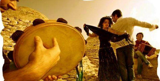 La #pizzica è' una #danza di corteggiamento durante la quale due ballerini si avvicinano ma non si toccano mai. #salento