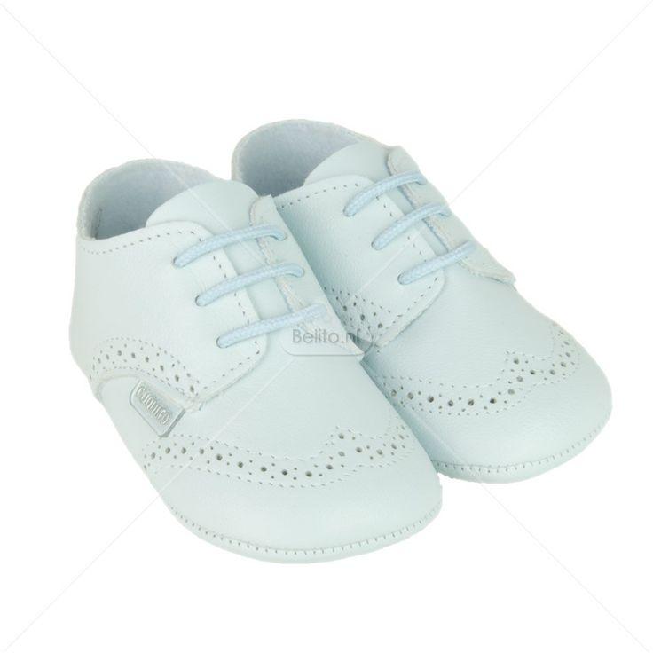Zachte lichtblauwe lederen babyschoentjes.