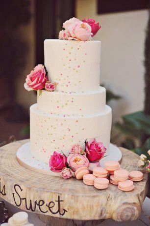 Свадебный торт, украшенный крупными цветами