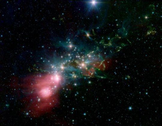 NGC 1333  NGC 1333 egy reflexiós köd található mintegy 1000 fényévnyire felé Perseus csillagképben. A felhő anyaga enshrouds fiatal csillaghalmaz, sok csillag kevesebb, mint két millió éves. A csillagok eltört két kisebb csoport, az egyik tetején a felhő kibocsátó számos anyagkilövelléseket és megteremti sokk fronton és a másik, a másik végén a felhő, egy nyugodtabb fényét felmelegített gáz.  NGC 1333 hihetetlenül nagy számú egyéni anyagkilövelléseket fiatal csillagok, az úgynevezett Herbig-