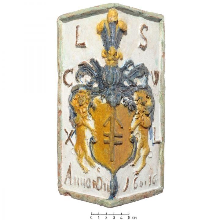 Kampinis koklis su Sapiegų giminės herbu, raidėmis L(eo) S(apieha) C(anclerz) W(ielkiego) X(ięstwa) L(itewskiego), užrašu Anno D(omi)ni ir 1616 m. data Nacionalinis muziejus Lietuvos Didžiosios Kunigaikštystės valdovų rūmai. Šiuo metu eksponuojamas. Fotografas V. Abramauskas. / Stove tile with the coat of arms of the Sapieha family, and inscription reading: Lew Sapieha, Chancellor of the Grand Duchy of Lithuania, 1616. National Museum Palace of the Grand Dukes of Lithuania. Currently on…