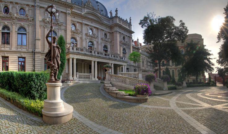 """Pałac Izraela Poznańskiego w Łodzi zwany """"łódzkim Luwrem"""" powstał w XIX wieku. Został pierwotnie zaprojektowany jako obiekt reprezentacyjno-handlowy i mieszkalny po zakupieniu przez Izraela Poznańskiego w 1877 roku narożnej kamienicy o skromnej elewacji i budynku magazynowego. Do wielokrotnych przekształceń w stylu francuskiego neorenesansu i neobarokowym doszło w latach 1888–1903. W 1975 roku główną część budynku przejęło, utworzone wówczas, Muzeum Historii Miasta Łodzi."""