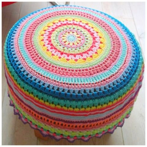 Patroon poef van Bij Saar en Mien. ♥ Dutch tutorial for a hocker cover. Or a pillow, or a very nice round summer blankie!!