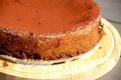 Chokoladekage med chokolade, der bages uden hvedemel. I stedet er kagen med piskede æg, smør, chokolade og sukker. Den bedste chokoladekage. Mange chokoladekager bages med kakaopulver, men denne er…