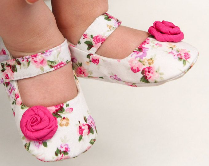 Rosa floreale bambino scarpe, pattini di bambino dentellare crema, Babucce ragazza, battesimo scarpe, scarpe da sposa fiore ragazza, set regalo neonato