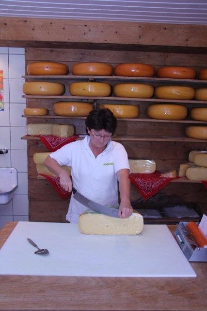 #Kaas wordt gesneden in de kaasmakerij