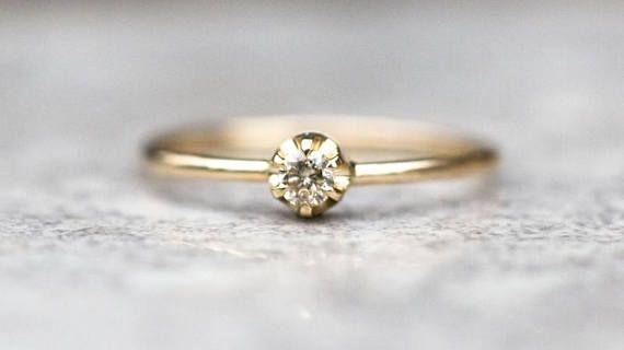Atemberaubender, klassischer Diamant-Verlobungsring in 14 Karat Gelbgold handgefertigt. Zentraler Stein: * natürlich, Erde abgebaut Diamant * rund, Brillantschliff * Farbe: Champagner * große Brillanz * Dimension des Diamanten: 2mm Maße: * das Band: 1 mm * Größe: Ring ist in Ihrer Größe *