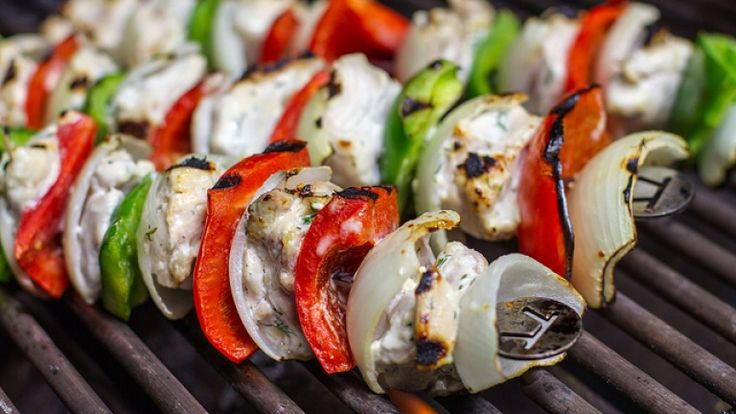 Spiedini di pollo alla griglia con marinatura d buttermilk: ricetta barbecue. http://winedharma.com/it/dharmag/maggio-2014/spiedini-di-pollo-marinato-nel-buttermilk