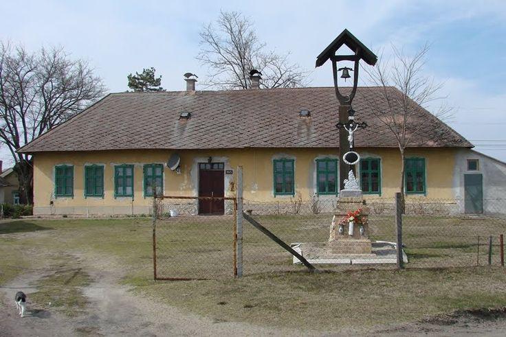Domaszék Belső-Feketeszéli (régi) tanyasi iskola a feszülettel