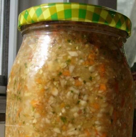HÁZI  ÉTELÍZESÍTŐ:  1 kg sárgarépa,1 kg fehérrépa,1 kg tv paprika(jó húsos),1 kg paradicsom,1 kg vöröshagyma,2-3 nagy fej fokhagyma,4 db nagyobb zeller,50 dkg karalábé,50 dkg karfiol,50 dkg kelkáposzta,petrezselyem zöldje(jó sok),zeller zöldje.Elkészítés:A hozzávalókat meghámozzuk(paradicsomot nem kell), robotgéppel adagonként összevágjuk, vagy húsdarálón ledaráljuk.Egy nagy tálban 1 kg sóval jól elkeverjük,és 24 órát állni hagyjuk,időnként megkeverjük.Üvegekbe töltjük.Tóth Rozzy konyhája