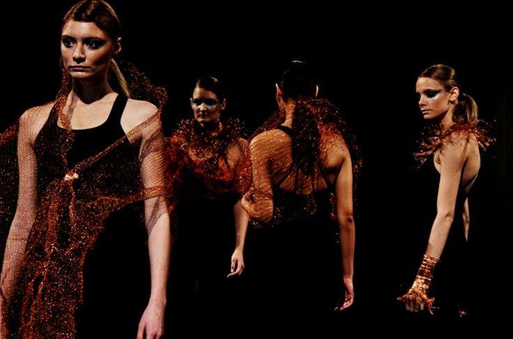 CREACIÓN EN COBRE. Cada pieza de indumentaria es una pequeña obra de arte manual que nace del telar a base de filamentos de cobre reciclados, hilados y tejidos, ofreciendo un acabado táctil, visualmente hermoso y único.