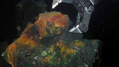 """""""La fiebre del oro que amenaza a los mares"""" Grúa en el fondo del mar. .. La perspectiva de una """"fiebre del oro"""" en lo profundo del mar, que abrirá una controvertida puerta a la minería en el fondo de los océanos, es cada vez más real. .. . D., 19 May 2013. (IPITIMES.COM ® /New York. FUENTE: BBC)."""
