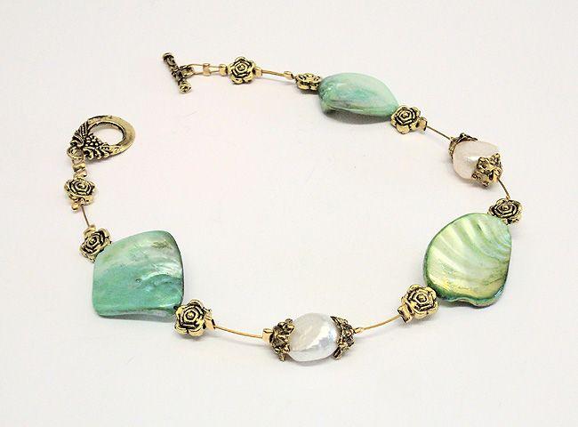 braccialetto con madreperle verdi e perle di fiume