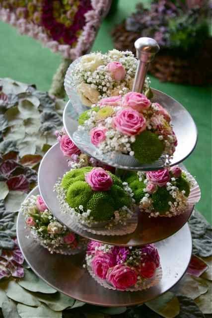 rosettes, mousse, gypsophile font bon ménage pour un centre de table orignal ou une composition de buffet